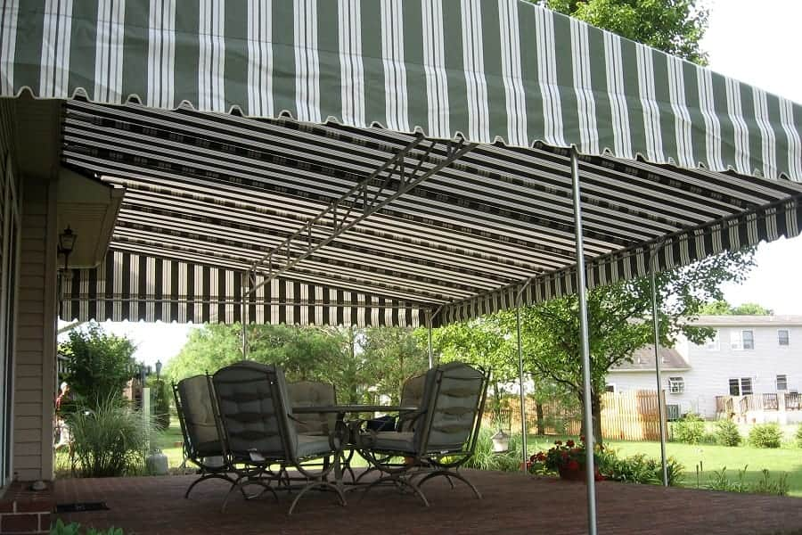 How to Make a Shade Canopy With a Tarp